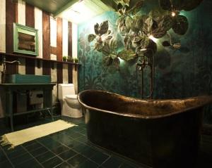 Green Room's bathroom